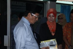 Wakil Menteri Agama RI Bapak Prof. Dr. H. Nasarudin Umar, M.A. bersama Umi Waheeda binti Abdul Rahman, S.Psi., M.Si. sedang mengunjungi salah satu unit wirausaha Nurul Iman yaitu Percetakan, Parung (21/8).