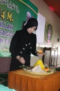 Umi Waheeda memotong tumpeng dalam Milad Abah 2014