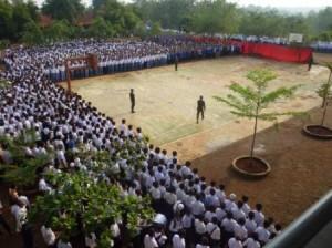 Seluruh santri Nurul Iman sedang mengikuti upacara pada salah satu kesempatan