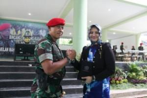 """Pembina Yayasan Al-Ashriyyah Nurul Iman Islamic Boarding School Umi Waheeda berjabat tangan dengan Mayor Jenderal Agus Soetomo (Danjen Kopassus) dalam """"Bincang-Bincang Kasad Bersama Perwakilan Mahasiswa se-Indonesia"""", (25/9)."""
