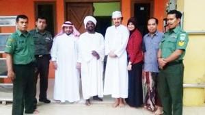 Pembina Yayasan Umi Waheeda dan Pimpinan Yayasan Habib Muhammad Berfoto bersama Ustaz Aldhaw Awad Al Karim, M.A. yang Mengajar Bahasa Arab di Nurul Iman