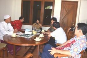 Berbincang-bincang dengan pimpinan yayasan Umi Waheeda binti Abdul Rahman